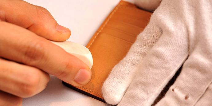 革製品のお手入れコラム - 『5分で実践 自宅で応急処置メンテ』を公開しました。